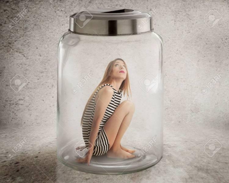 33594234-manque-la-violation-de-la-liberté-des-droits-humains-jeune-femme-solitaire-assis-dans-un-bocal-de-verr